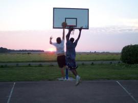Студенты Ecole des Roches играют в баскетбол