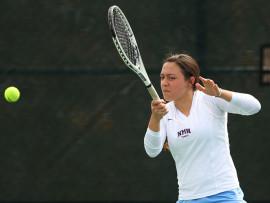 Студенты Northfield Mount Hermon School играют в теннис