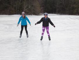 Студенты Northfield Mount Hermon School катаются на коньках